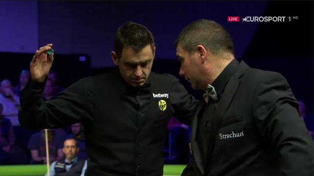 'He seems to be annoying Ronnie today!' - O'Sullivan nearly bumps into referee