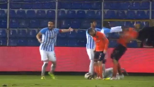 Новые разборки в Турции: игроки так сильно толкнули друг друга, что чуть не повылетали из бутс