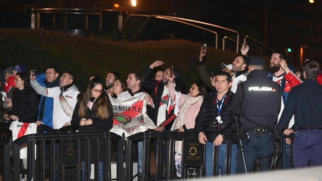 Multitud de fans de River Plate reciben a su equipo en su hotel de concentración