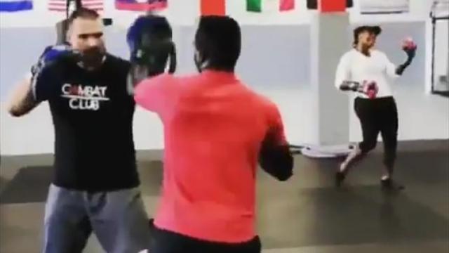 Серена задорно помахала кулачками в боксерском зале перед встречей с Федерером