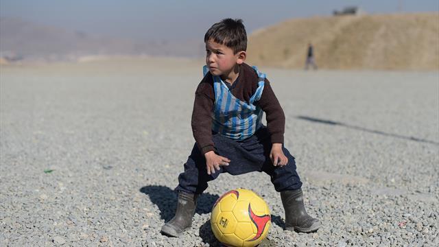 """Alle Geschenke weg: """"Kleiner Messi"""" flüchtet vor Taliban"""