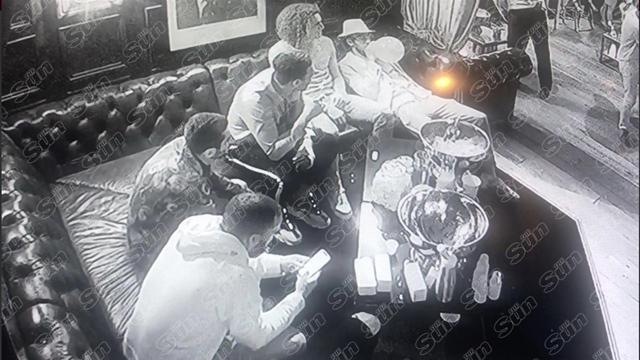 Jugadores del Arsenal son grabados inhalando 'gas de la risa'