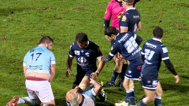 Ganz mies: Rugby-Spieler drückt am Boden liegendem Gegner Knie ins Gesicht und verletzt ihn