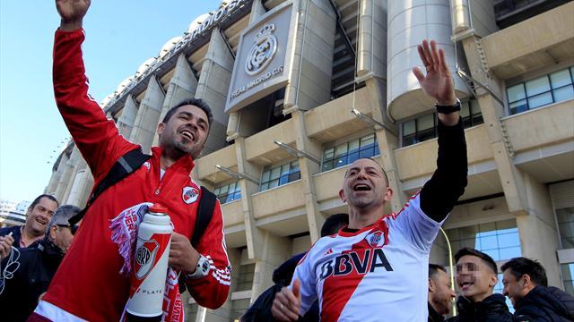 La Hinchada de River Plate da color a la noche madrileña cerca del Santiago Bernabéu