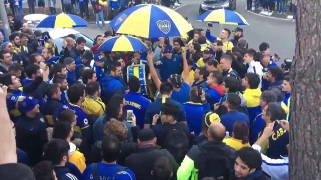 ¡Banderazo y locura en el hotel de Boca! Los aficionados xeneizes animaron como si fuese el partido