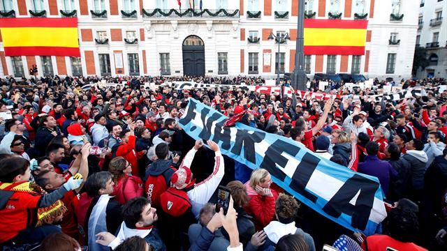 La hinchada de River Plate conquista la Puerta del Sol con un banderazo multitudinario