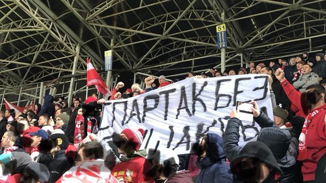 Фанаты под заряд «Снимай повязку» вывесили баннер «Спартак» без Глушакова» на матче с «Анжи»