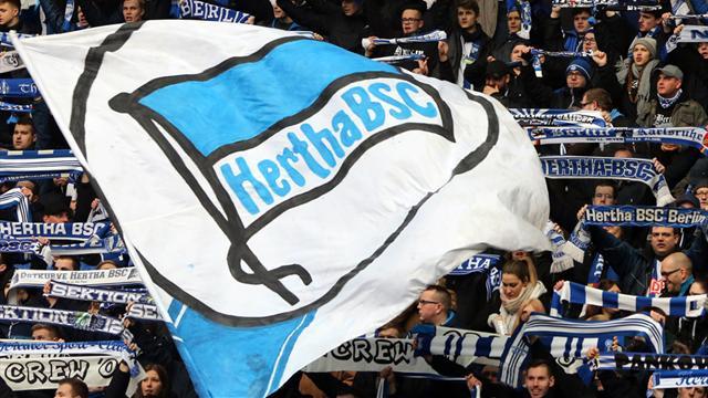 Schock-Moment: Hertha-Fan stürzt beim Torjubel in Graben