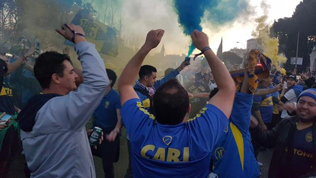 Bengalas entre los fans de Boca Juniors en Madrid en el camino a la final