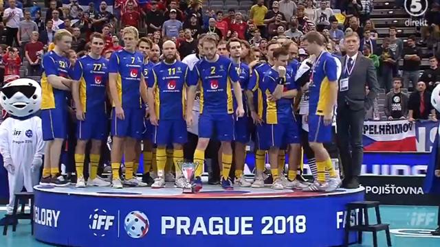 Här tar Sverige emot silvermedaljen