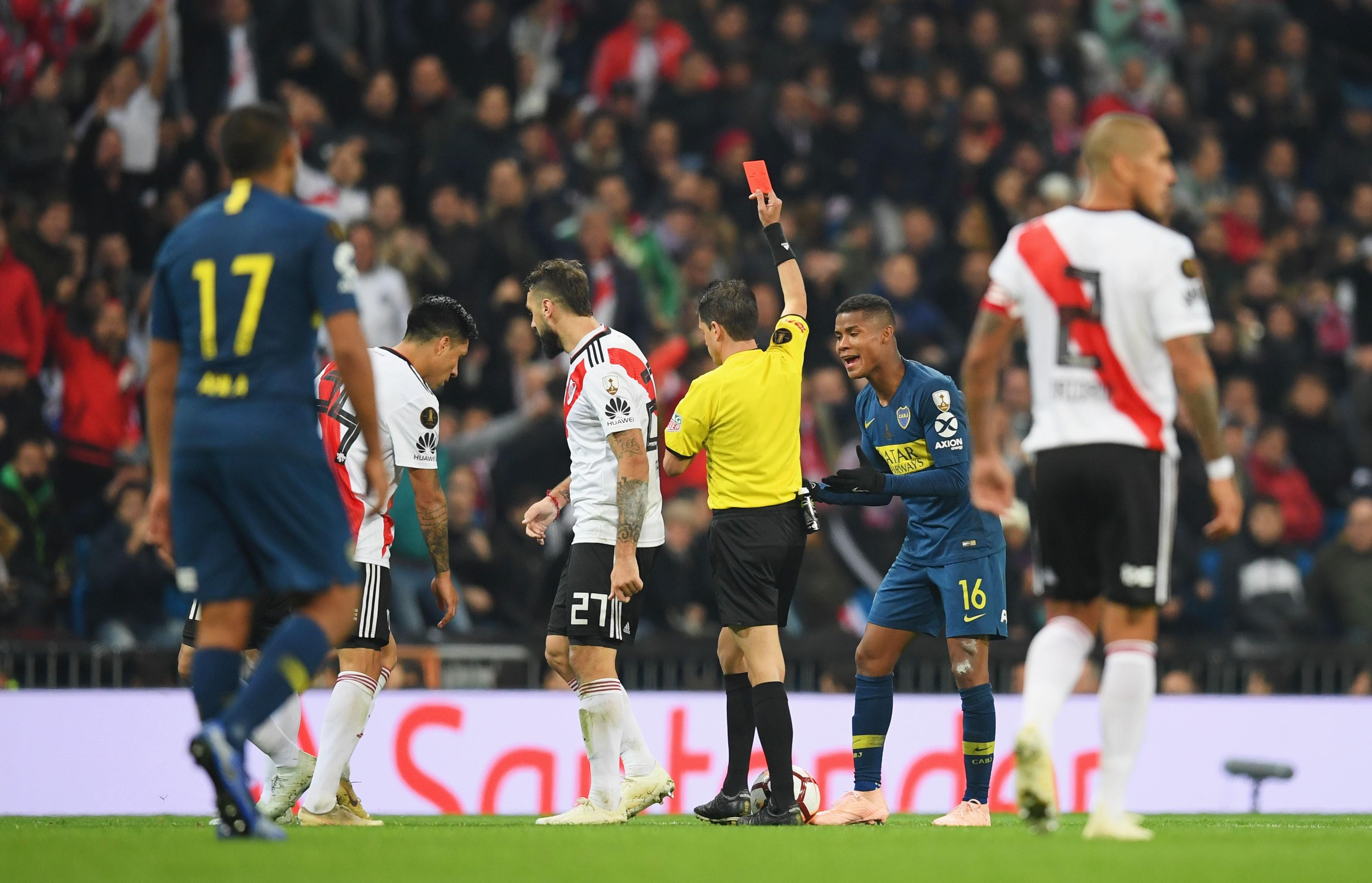 Wilmar Barrios reçoit un carton rouge lors de River Plate-Boca Juniors / Copa Libertadores