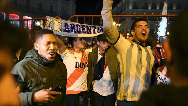 Cientos de aficionados de River celebran el título en la Puerta de Sol sin incidentes