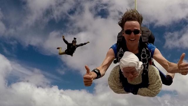 Ur-Oma fliegt durch die Lüfte: 102-Jährige ist älteste Fallschirmspringerin