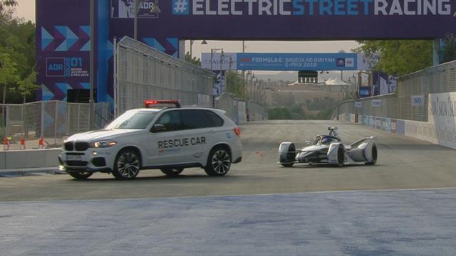 Fórmula E: Los apuros y la lentitud extrema del safety car para remolcar un coche