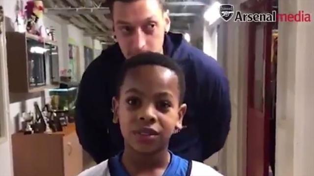 """Su mayor ídolo, Mesut Özil, aparece detrás de él y se queda totalmente bloqueado: """"Estoy soñando"""""""