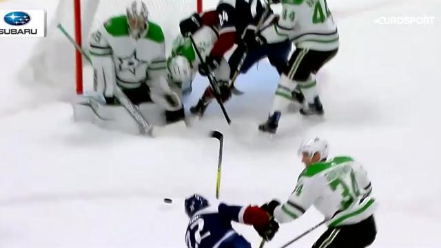 Хоккеист «Колорадо» сломал клюшку во время броска, из-за чего вратарь «Далласа» забил сам себе