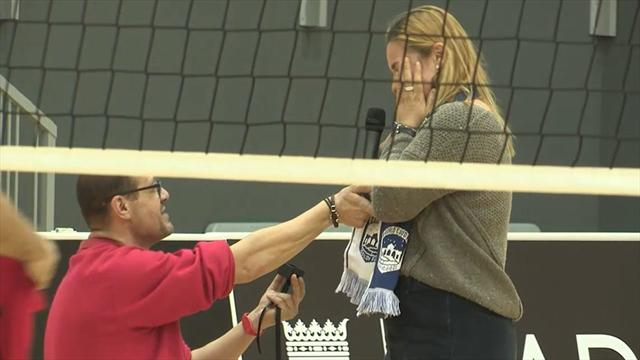 Emocionante pedida de mano durante un partido del Club Voleibol Madrid