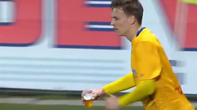 Игрок забрал у фаната стакан и самоотверженно потушил файер пивом, не отхлебнув ни глоточка