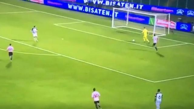 Вратарь-водила из «Асколи» убрал защитника финтом и случайно забил сам себе