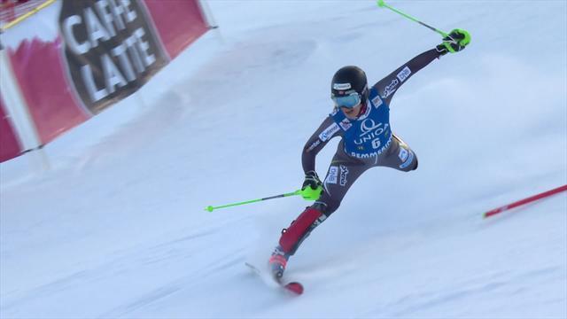 Медалистка Пхёнчхана закончила первый заезд потерей лыж и жутким падением