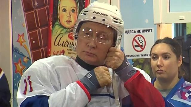Goud!   Putin ijshockeyt in Moskou op het Rode Plein