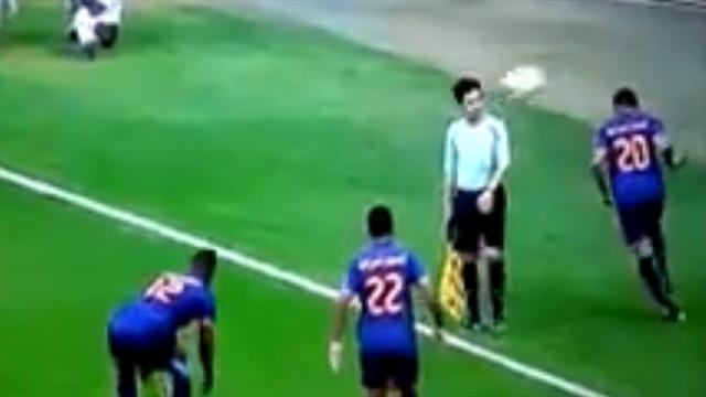 Технарь из Саудовской Аравии показал крутой скилл и заехал мячом в голову судье