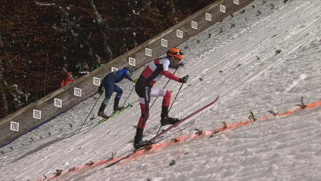 Dos esquiadores se atreven a subir por la empinada colina de los saltos de esquí de Bischofshofen