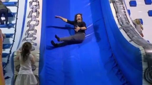 Puyol se lo pasa como un niño intentando escalar por un tobogán hinchable