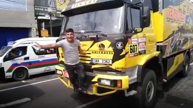 El selfie más desafortunado: Rompe un camión del Dakar por hacerse una foto