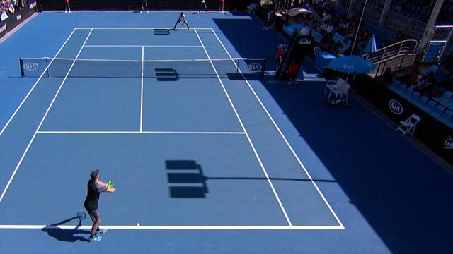 Немецкий теннисист перенервничал и отправил мяч с подачи за заднюю линию