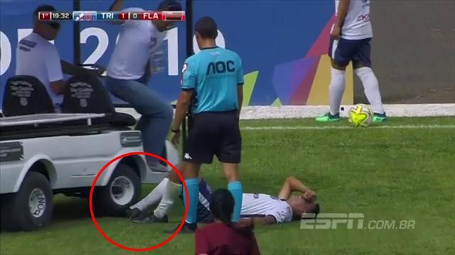 Autsch! Helfer fahren verletztem Spieler über den Fuß