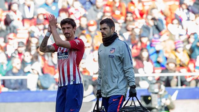 Nueva lesión muscular en el Atlético: Savic se rompe a los ocho minutos ante el Levante