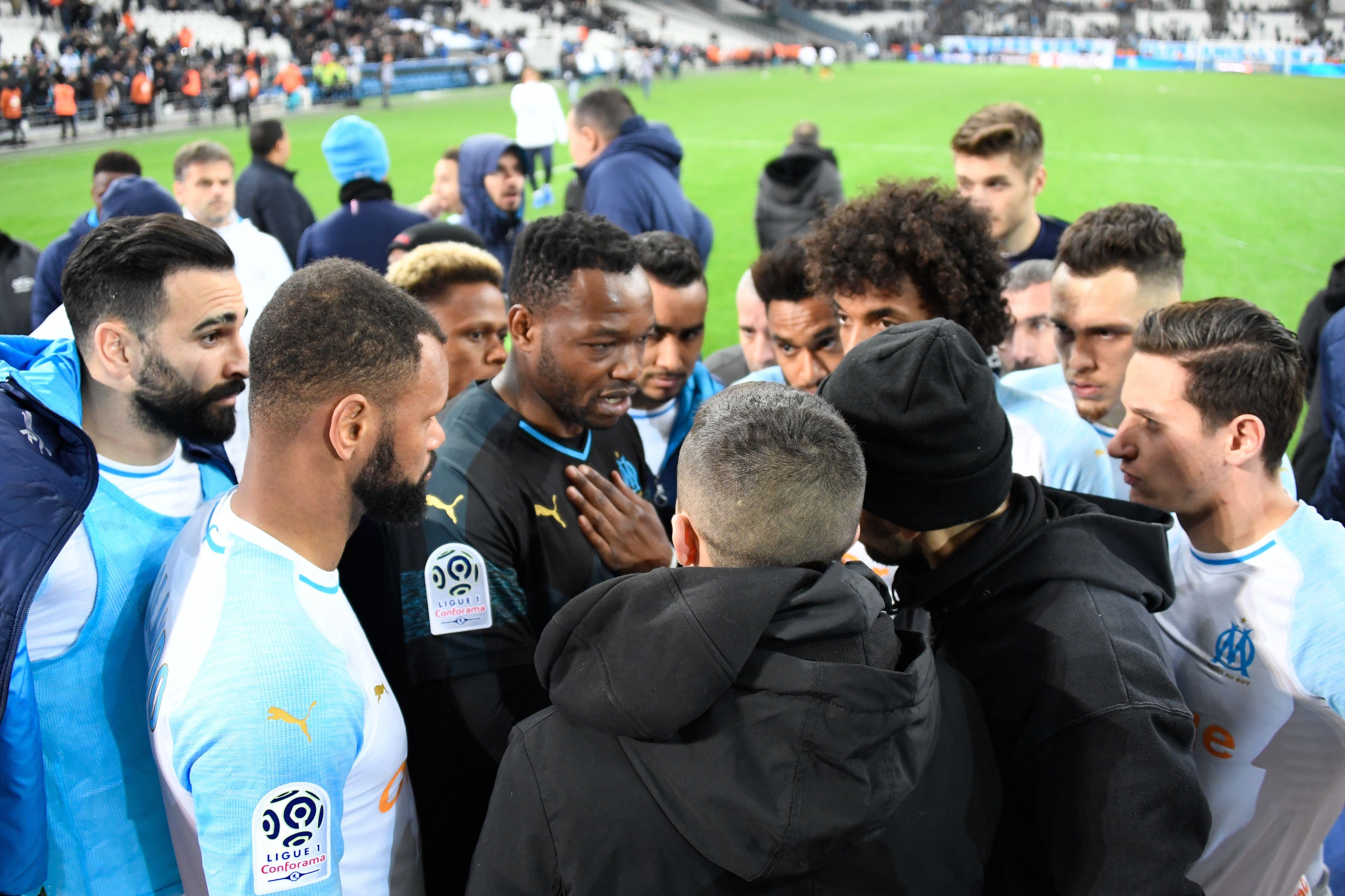 Steve Mandanda et les joueurs de l'OM discutent avec les groupes de supporters au Vélodrome après OM-Monaco / Ligue 1