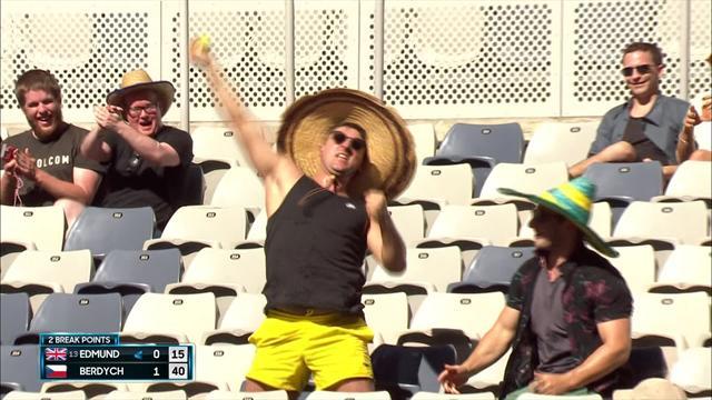 Wie beim Baseball: Tanzender Fan fängt Ball