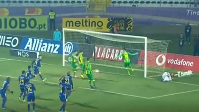 Удивительный промах из чемпионата Португалии, вызывающий истеричные раскаты смеха