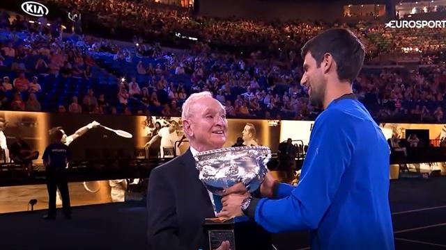 Джокович с досадой вернул кубок чемпиона Австралии – возможно, всего на 2 недели