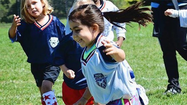 7-летняя девчонка обводит пацанов и делает чумовые трюки с мячом. Ее фолловят Неймар и Роналду