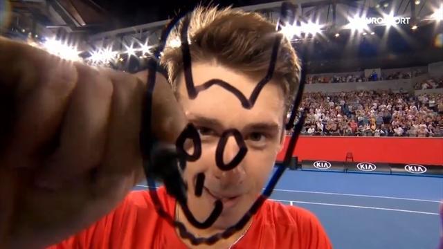 Алекс де Минаур вместо подписи нарисовал на камере дьявола. Так его называют в Австралии