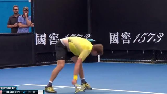 Харрисон остервенело уничтожил ракетку, но не помогло – Медведев прошел в третий круг