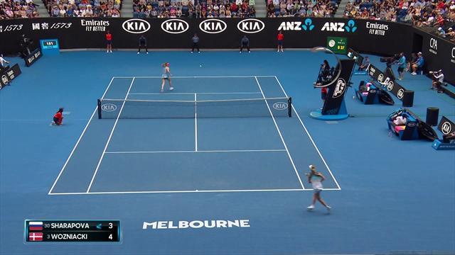 En plein échange, Sharapova change de main pour gagner le point