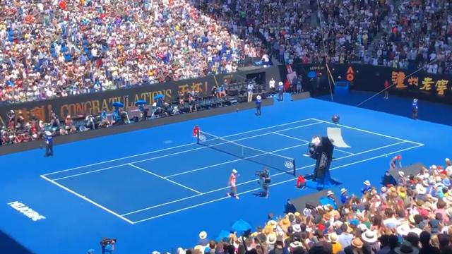 Open Australia 2019: El susto del torneo, la 'spidercam' choca contra la silla del juez