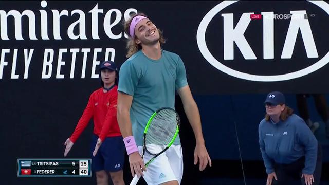 Dritto stupendo di Roger Federer sulla riga, Tsitsipas sorride sconsolato