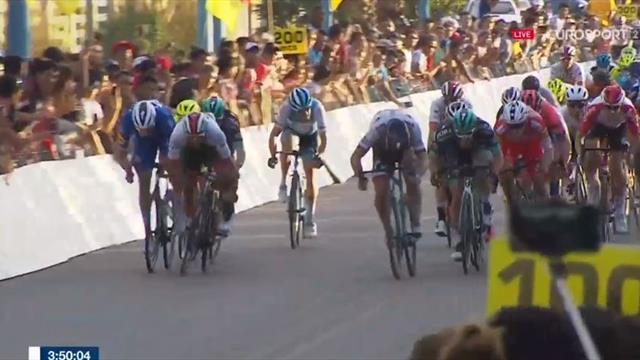 Fernando Gaviria wins Stage 1 after 'messy' sprint