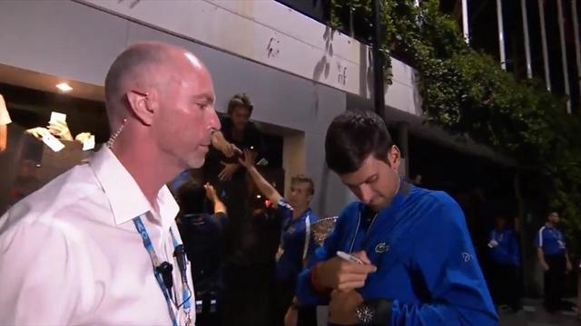 Джокович расписался на куртке и подарил ее фанату, у которого не оказалось листочка для автографа