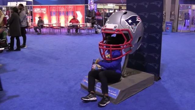 De cascos gigantes a fabricar un balón de fútbol americano: así es la fan zone de la Super Bowl