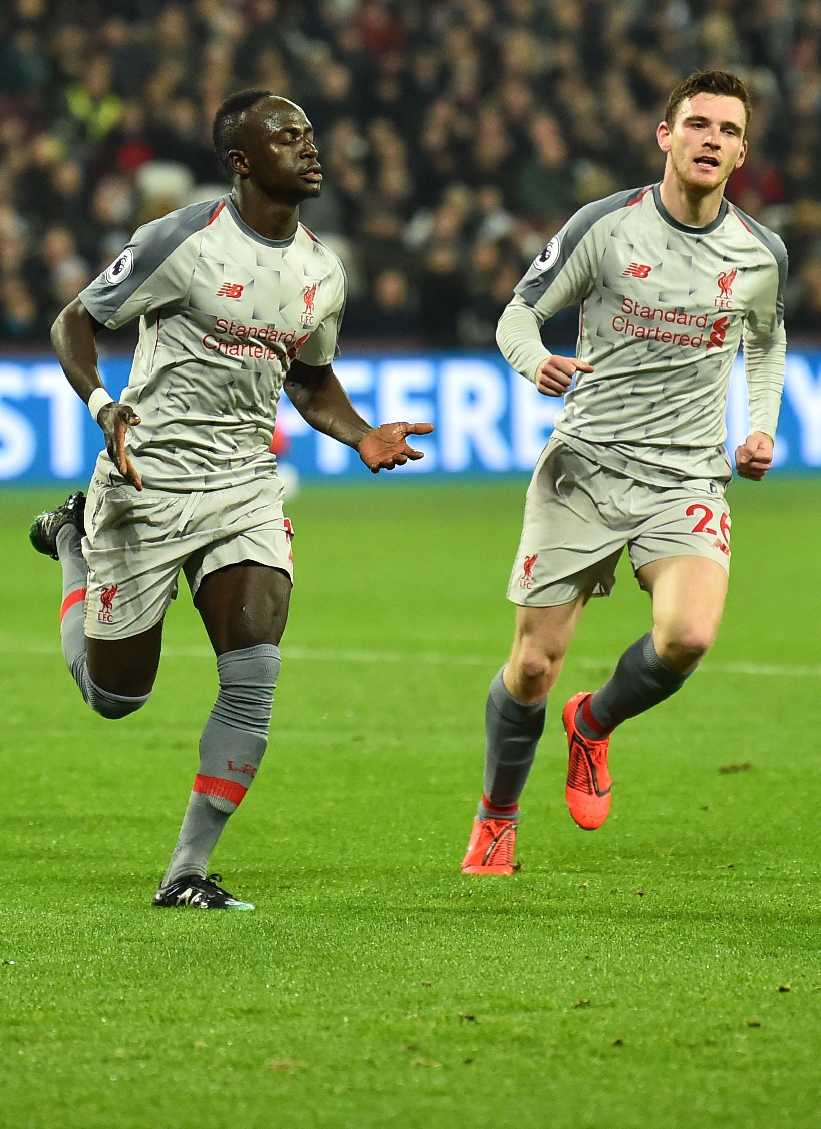 Sadio Mane célèbre avec Andrew Robertson son but pour Liverpool contre West Ham en Premier League le 4 février 2019