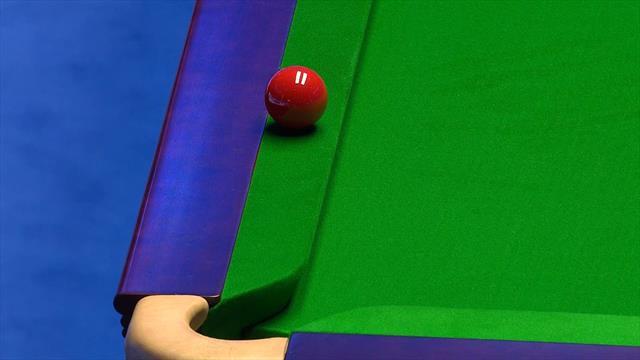 La rossa finisce sul bordo del tavolo, Wilson si mette a ridere