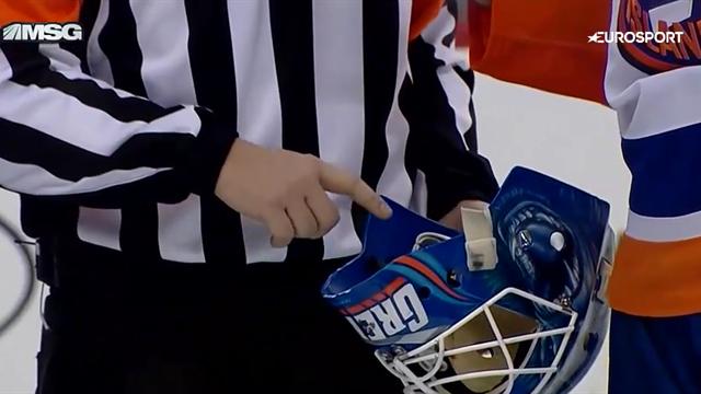 Игрок «Нью-Джерси» так мощно засадил по воротам, что сломал шлем вратарю «Айлендерс»