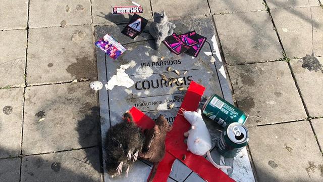 La placa de Courtois en el Metropolitano, destrozada y cubierta con ratas de peluche