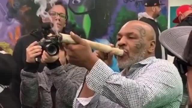 Тайсон пришел на каннабис-фестиваль и выкурил косяк размером с руку Голлума
